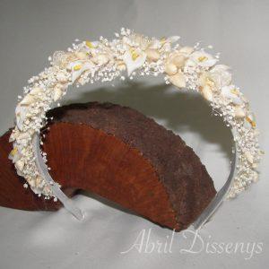 Diadema de flores secas y pequeñas calas puedes pedirla de diferentes colores