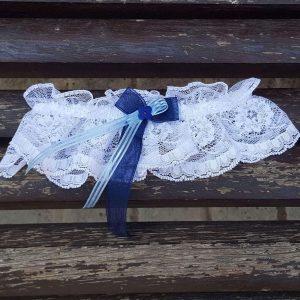 Liga de encaje blanco flor madera azul