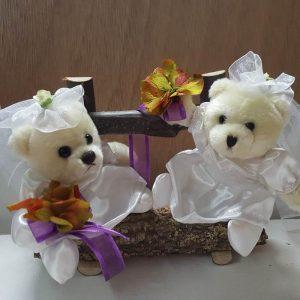 Novias lesbis tarta boda en banco de madera