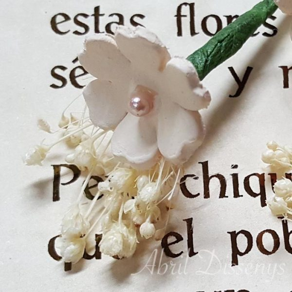 Pin de flores para el pelo con paniculata y un trébol de porcelana blanca