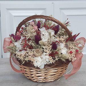 Cesta de mimbre natural llena de flores secas