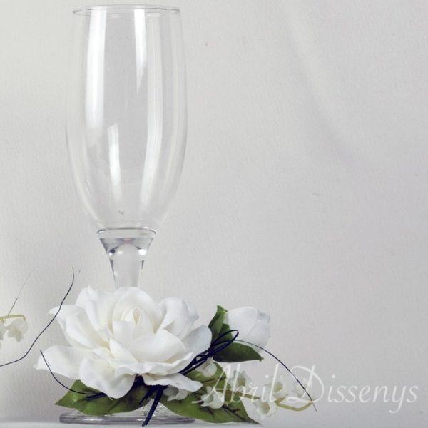 Caja madera con copas brindis y flor personalizada