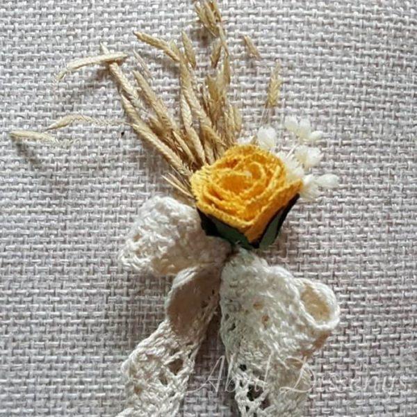 Alfiler flor seca oro y encaje bolillo