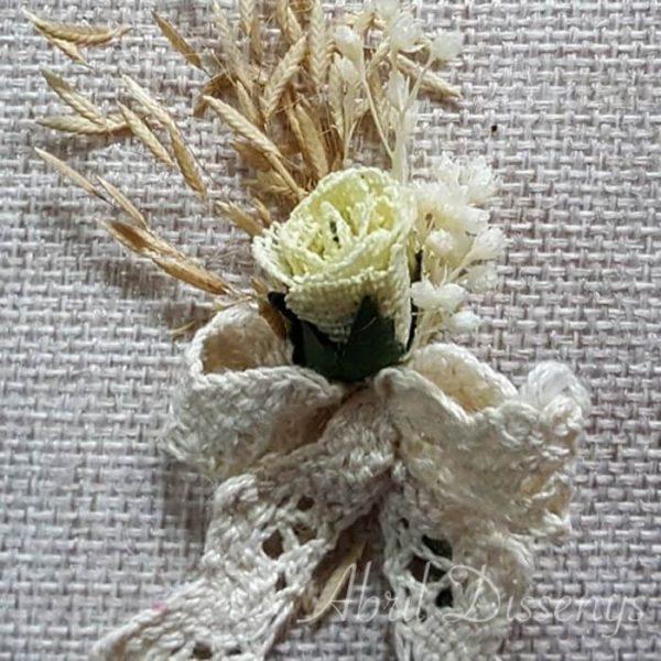Alfiler flor seca y encaje bolillo