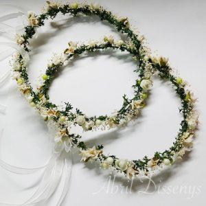 Corona de Flores con base de hojas verdes donde destacan la paniculata y las flores del edelweiss