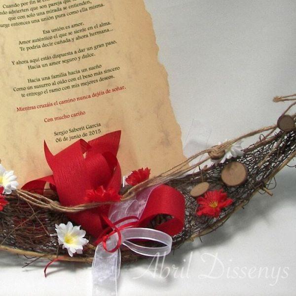 Pergamino con poesía en góndola con flores