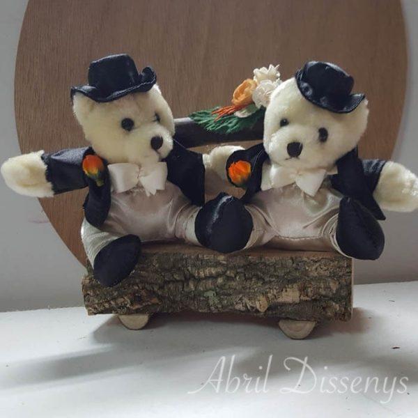 Novios gays peluche tarta boda en banco de madera