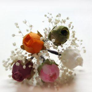Flores sueltas en el pelo de colores surtidos ideal para peinados originales