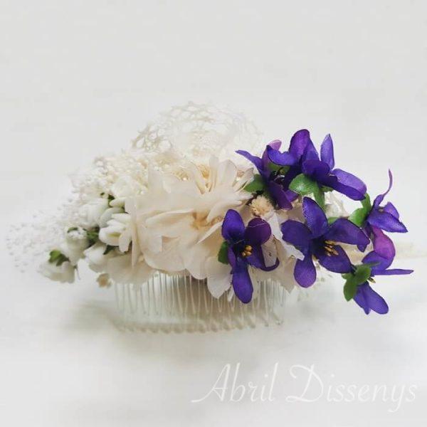 Peineta con violetas y blonda