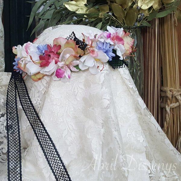 Corona flores pétalos atado con encaje