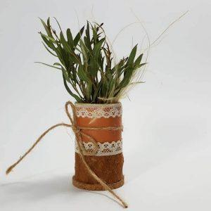 Jarrón con flor seca mesa invitados