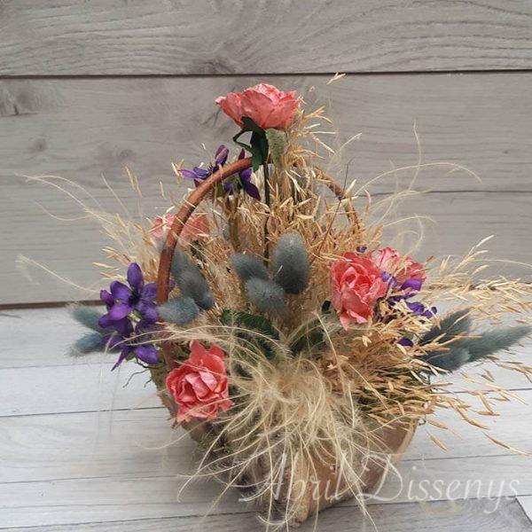 Cesta de rosas y violetas