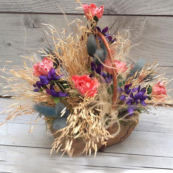 Cesta de madera llena de flores secas