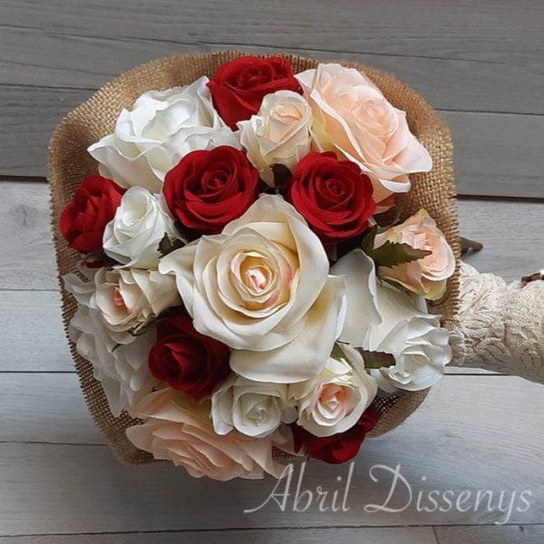 Ramo de rosas variadas con yute