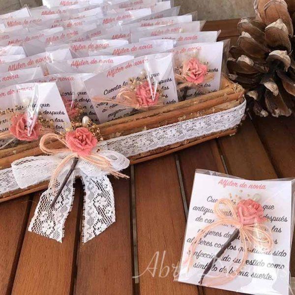 Bandeja preparada para llevar los detalles al convite de boda