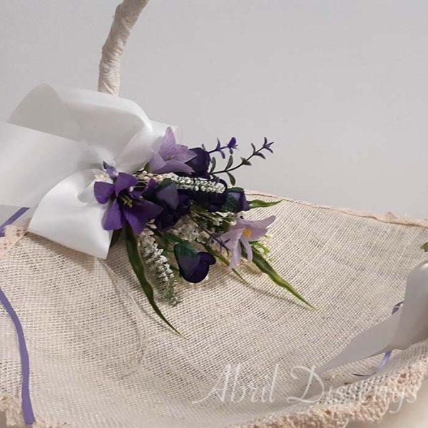 Cesta forrada con Yute para pétalos o llevar los regalos decorada con flores lilas