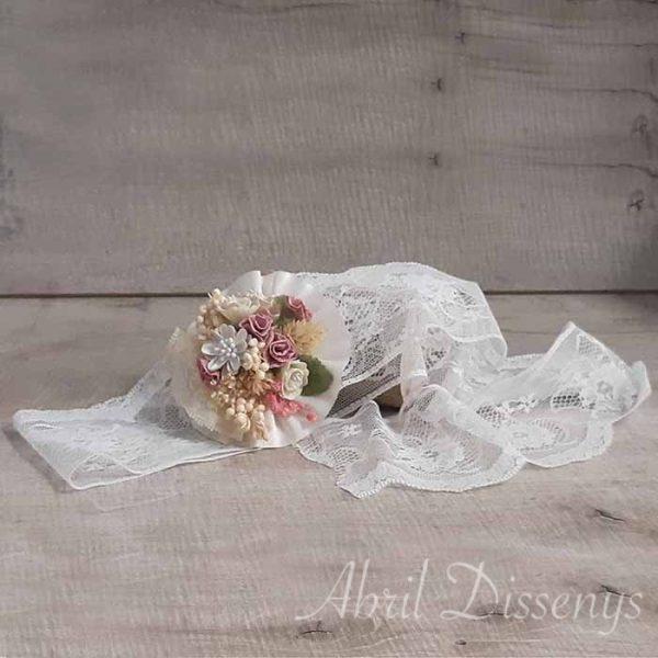 Turbante de encaje blanco con escarapela decorada con flores secas