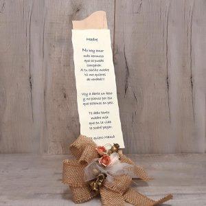 Poesias, personalizadas, sobre un atril de madera decorado con flores