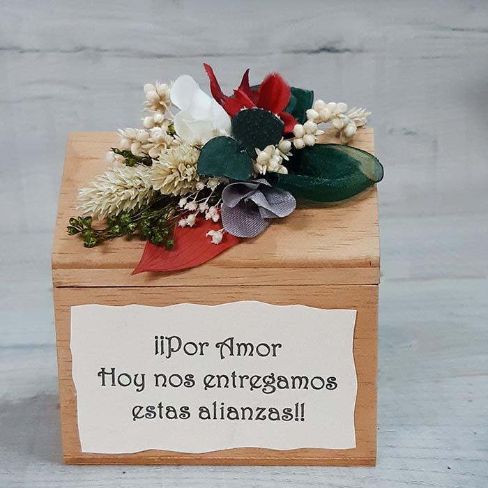 Baul de madera hecho a mano con un pequeño pergamino con nota personalizado y ramillete flores colores cerezas