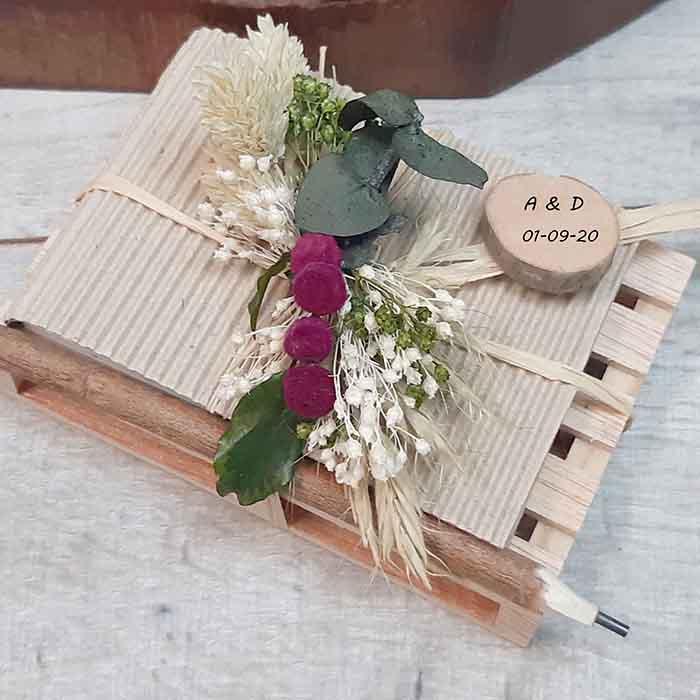 Palet de madera con taco de notas lápiz hecho a mano y flores colores cerezas