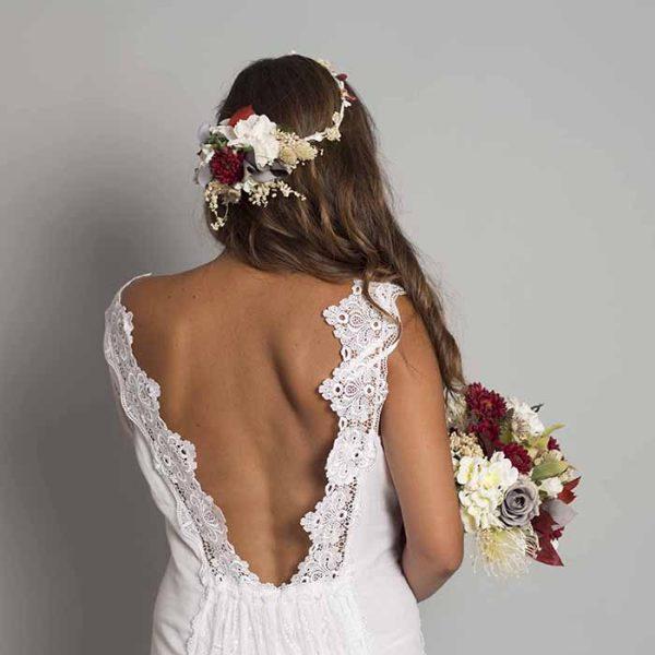 Tiara de flores para novia en colores cerezas