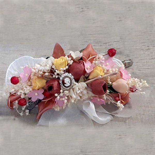 Tocado de flores seac y de tela con camafeo Alba