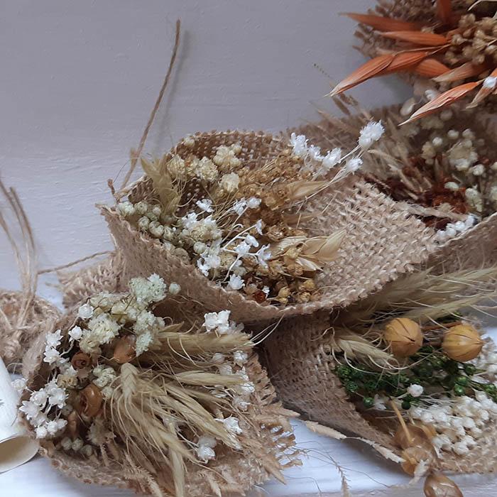 Bouquet de flores secas envuelto con tejido de saco natural un detalle especial