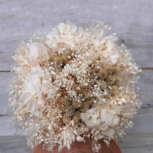 Ramo de flores secas y preservadas en blanco y beige