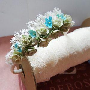 Diadema con blonda y flores turquesa y beige