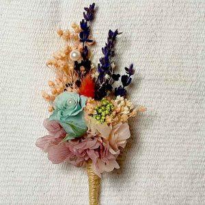 Las flores para la solapa del novio también para los varones de la boda