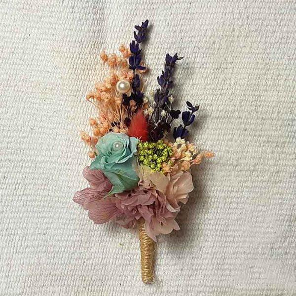 Solapa de flores preservadas para el novio con una rosa azul