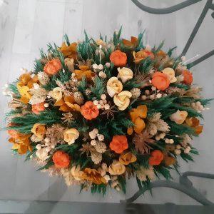 Centro de mesa con colores cálidos y alegres para una decoración natural