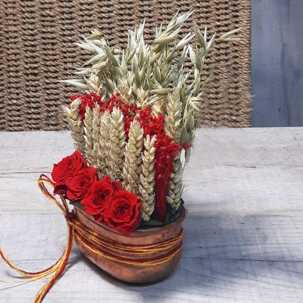 Centro de cobre con rosas y trigo