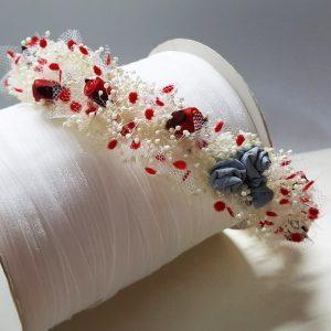 Una diadema para niñas de arras o comunión, el adorno floral hecho con paniculata y flores de porcelana roja
