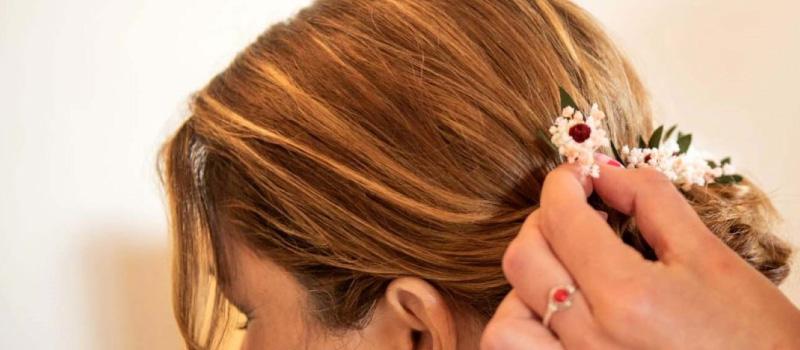 Flores preservadas en el pelo para tu look de novia y de invitada